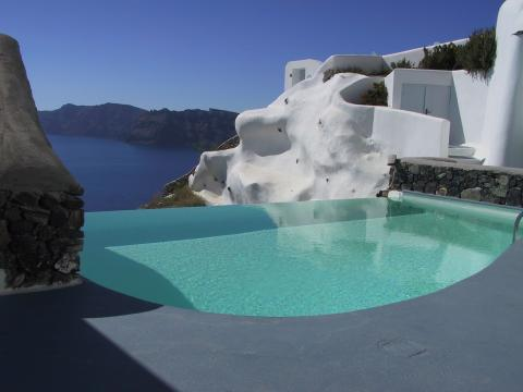 Pool with infinity edge looking over the Santorini caldera